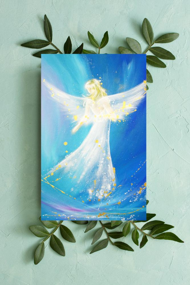 Engelbild in Blau auf Blättern