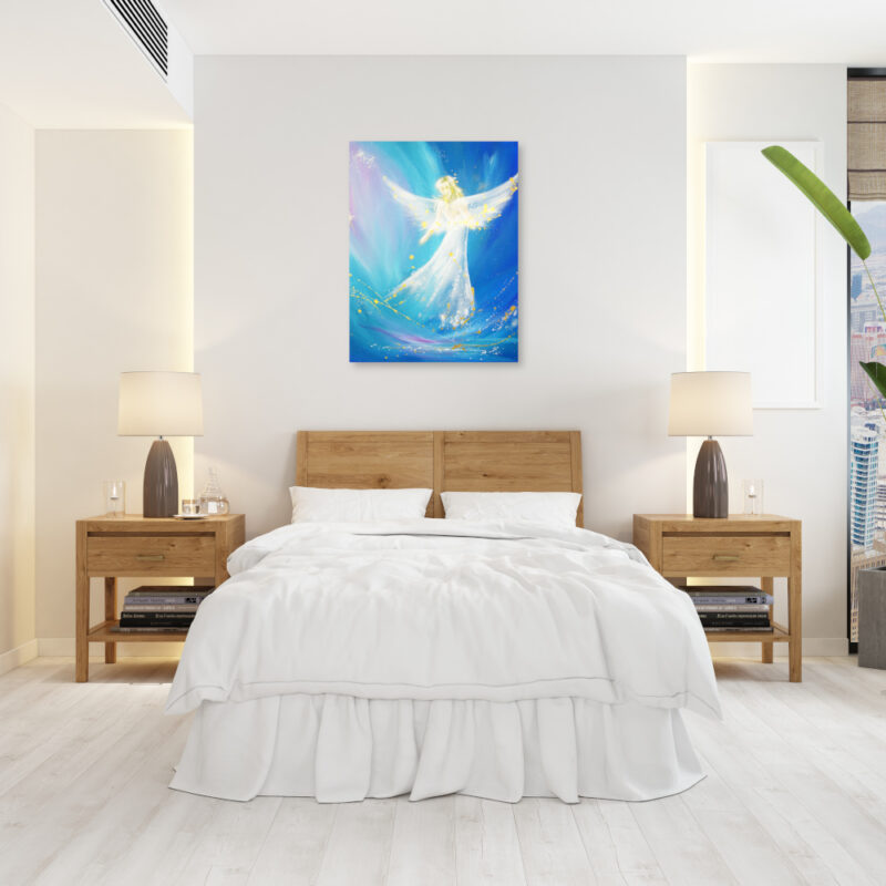 Engelbild in Blau mit goldenen Sprenkeln an der Wand